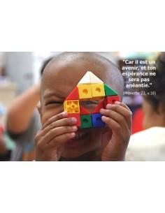 Carte postale - enfant avec un jouet